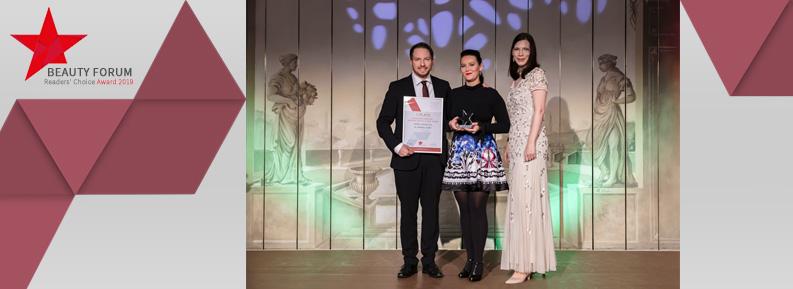 Geschäftsführer Dr. Gabriel Duttler, Markenbotschafterin Ariane Grandel nahmen von Martina Schmieder die Auszeichnung strahlend entgegen